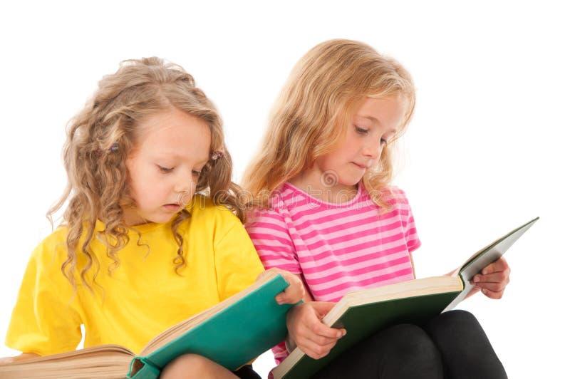 Jonge geitjes die boeken lezen stock foto