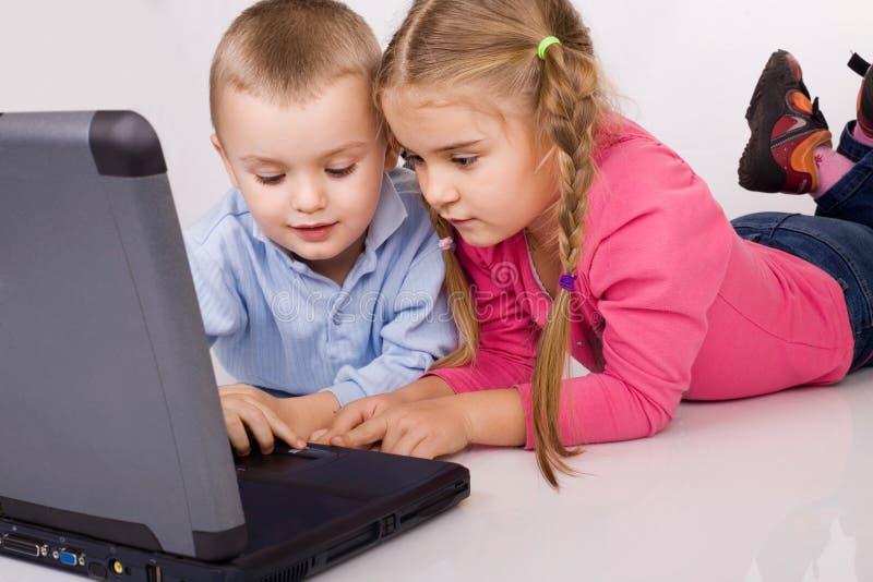 Jonge geitjes die computerspelen spelen royalty-vrije stock foto