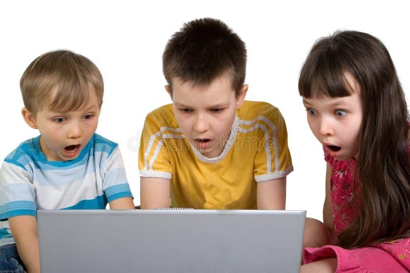 Jonge geitjes die door iets op Computer worden geschokt royalty-vrije stock afbeelding