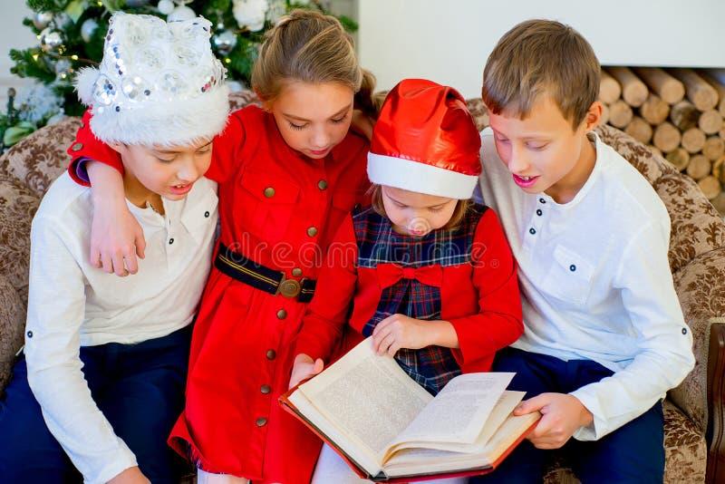 Jonge geitjes die een verhaalboek op Kerstmistijd lezen royalty-vrije stock foto's
