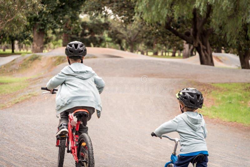 Jonge geitjes die fietsen berijden op Unley-spoor royalty-vrije stock afbeelding