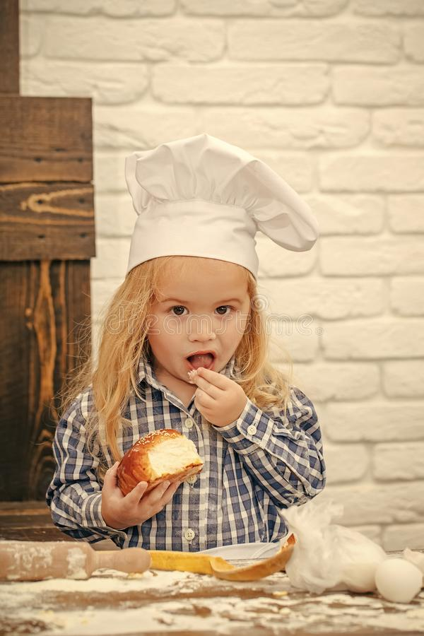 Jonge geitjes die - gelukkig spel spelen Jongenskok in chef-kokhoed in keuken royalty-vrije stock afbeelding