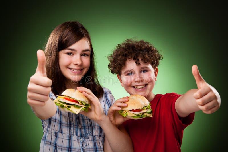 Jonge geitjes die gezonde sandwiches eten royalty-vrije stock foto's