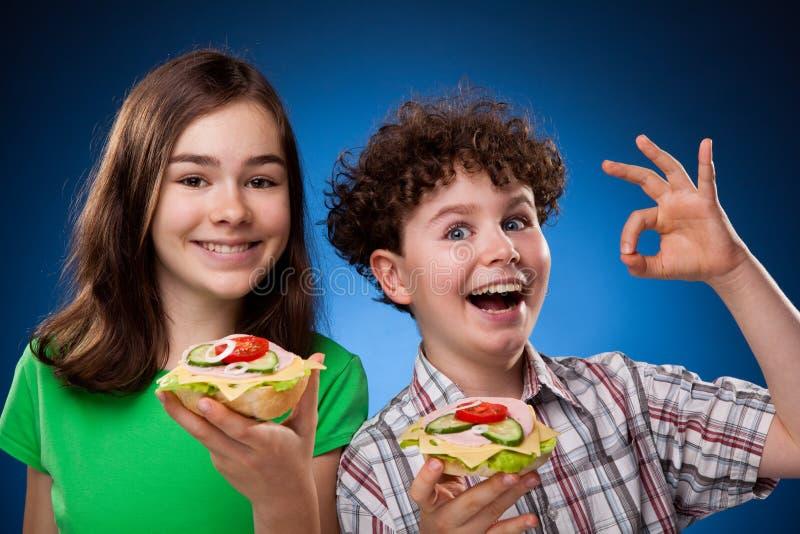 Jonge geitjes die gezonde sandwiches eten stock foto's
