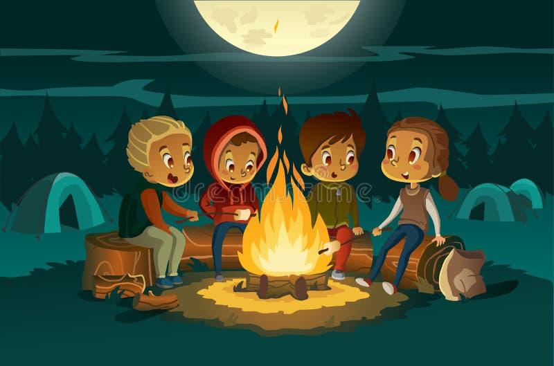 Jonge geitjes die in het bos bij nacht dichtbij vuurzee kamperen De kinderen die in een cirkel zitten, vertellen enge verhalen en vector illustratie