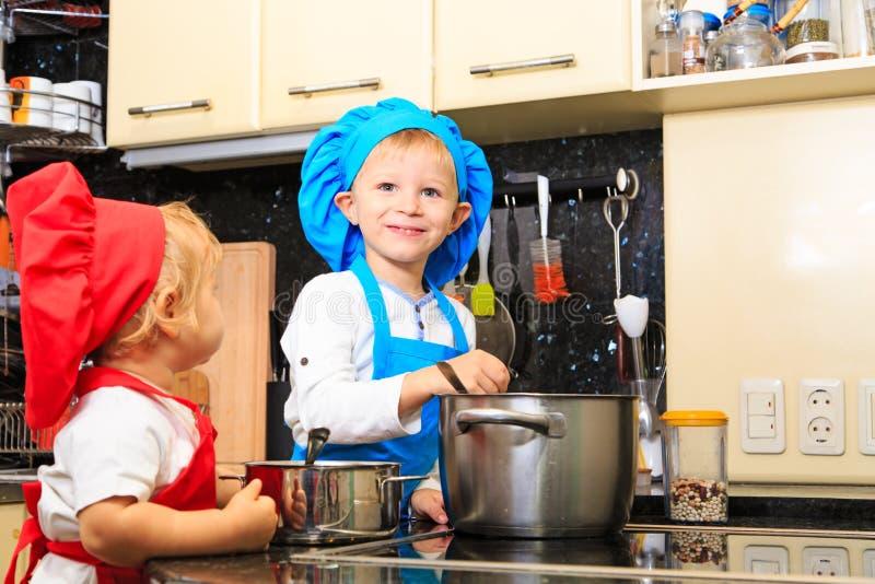 Jonge geitjes die in keukenbinnenland koken royalty-vrije stock foto