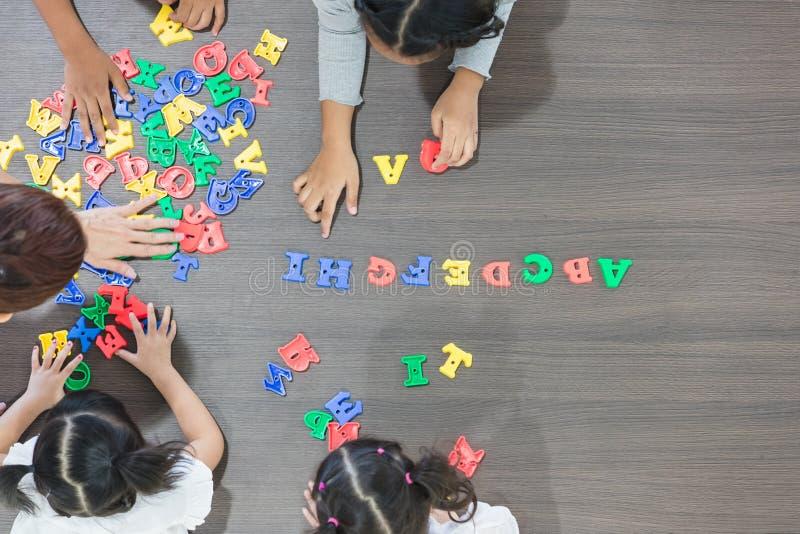 Jonge geitjes die kleurrijk speelgoed spelen royalty-vrije stock foto