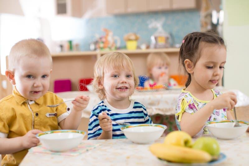 Jonge geitjes die in kleuterschool eten royalty-vrije stock foto's