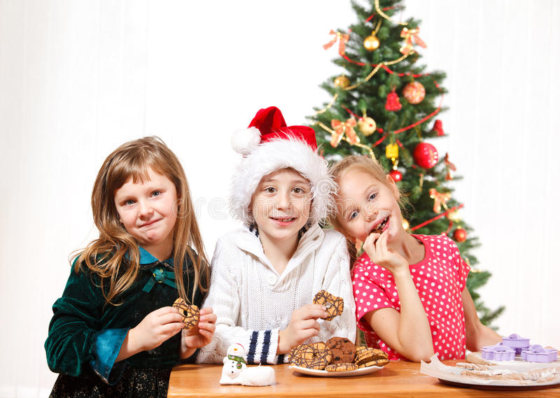 Jonge geitjes die koekjes eten royalty-vrije stock fotografie