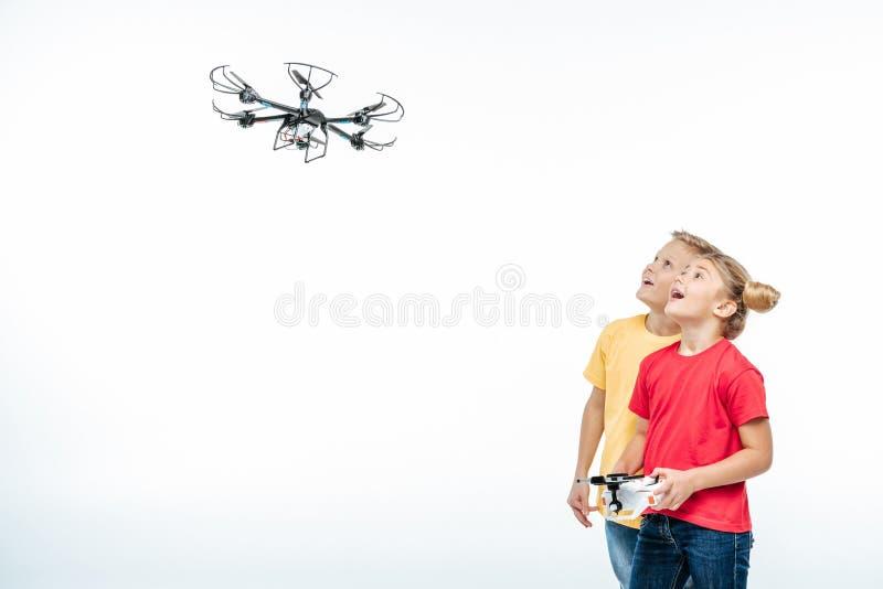 Jonge geitjes die met hexacopterhommel spelen royalty-vrije stock afbeelding