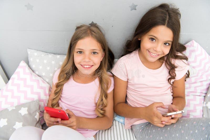 Jonge geitjes die mobiele de toepassings sociale netwerken surfen van Internet Moderne kinderen het leven online het levens mobie stock foto