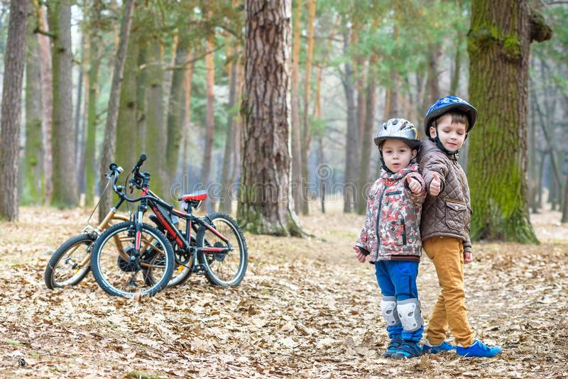 Jonge geitjes die na het biking van warme de herfstdag rusten stock foto's