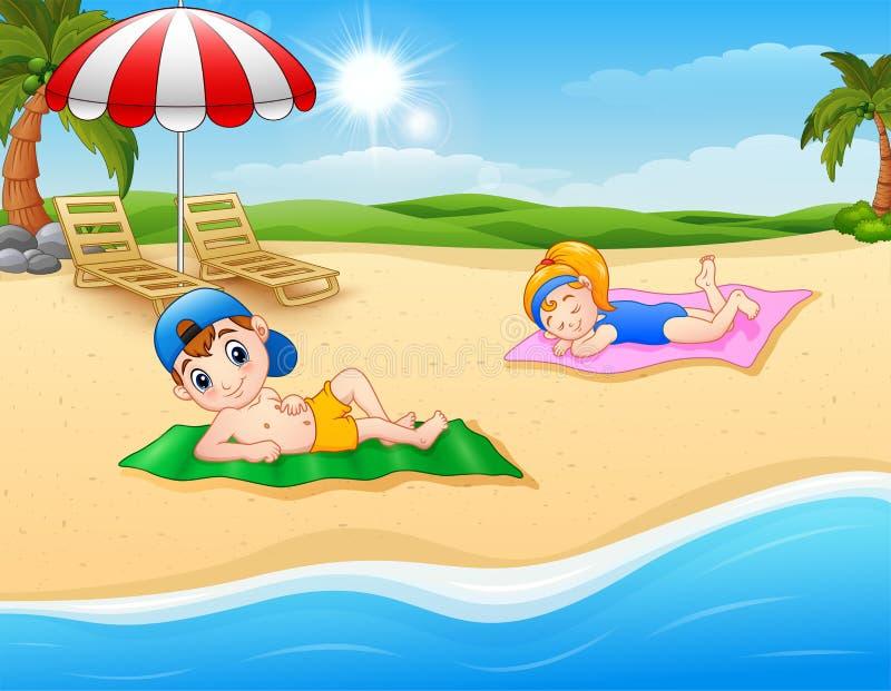 Jonge geitjes die op de strandmat zonnebaden royalty-vrije illustratie