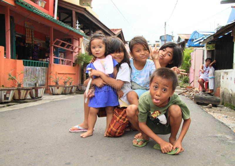 Jonge geitjes die op straat van Manado stellen royalty-vrije stock fotografie