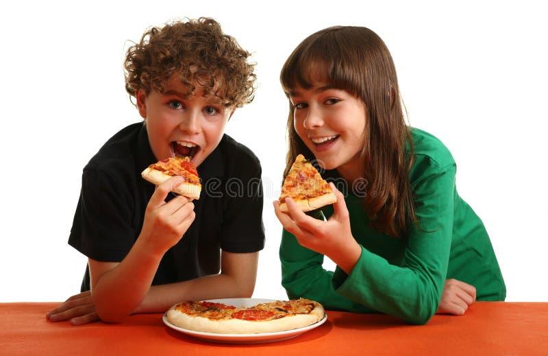 Jonge geitjes die pizza eten