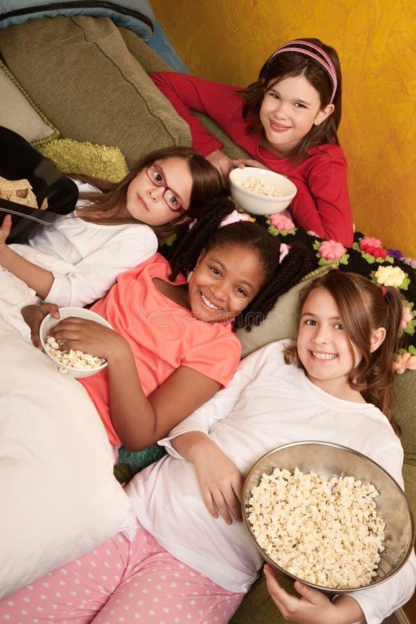 Jonge geitjes die Popcorn eten stock afbeeldingen