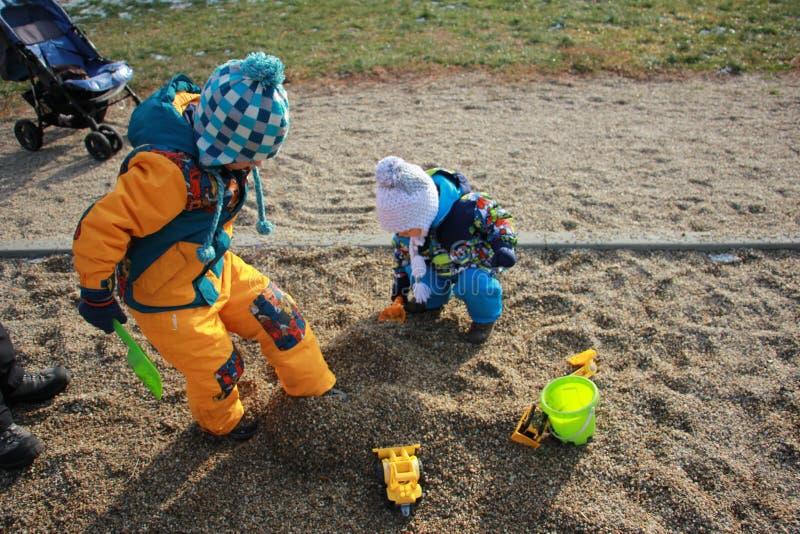 Jonge geitjes die pret in de speelplaats hebben royalty-vrije stock fotografie