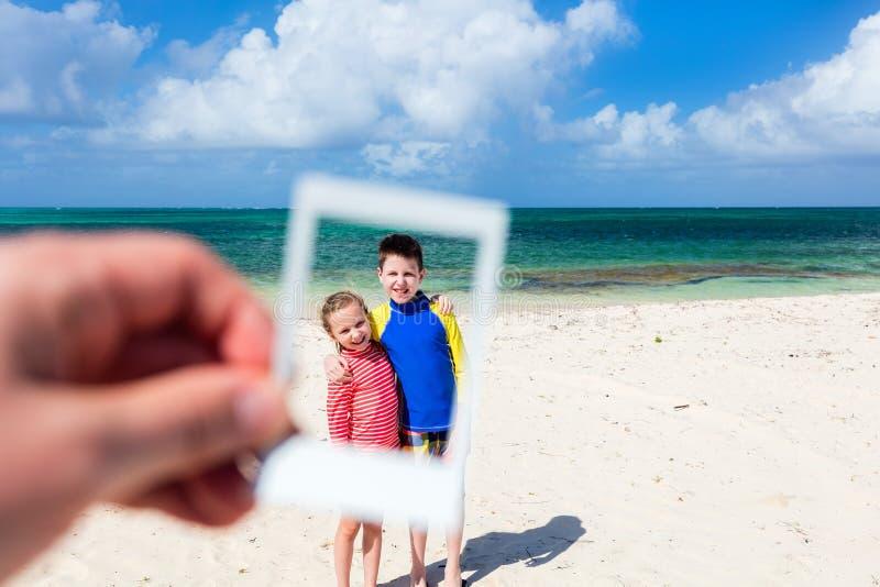 Jonge geitjes die pret hebben bij strand royalty-vrije stock afbeelding