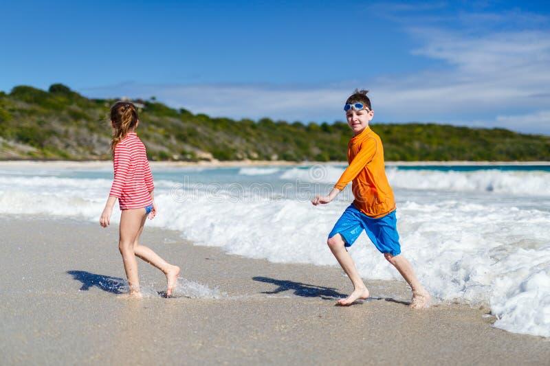 Jonge geitjes die pret hebben bij strand royalty-vrije stock fotografie