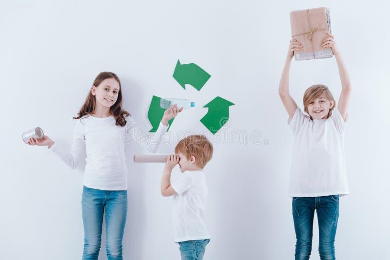 Jonge geitjes die recycling bevorderen royalty-vrije stock afbeelding