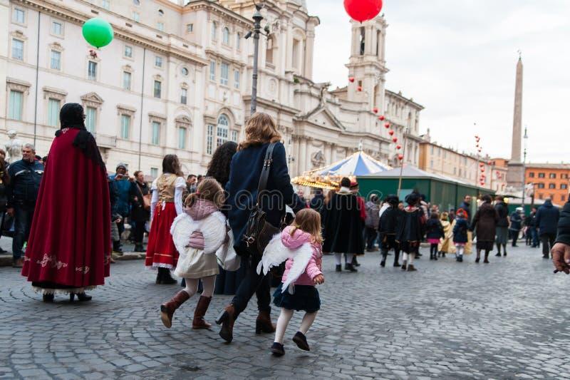 Jonge geitjes die in straat met engelenkleding lopen in Rome royalty-vrije stock foto