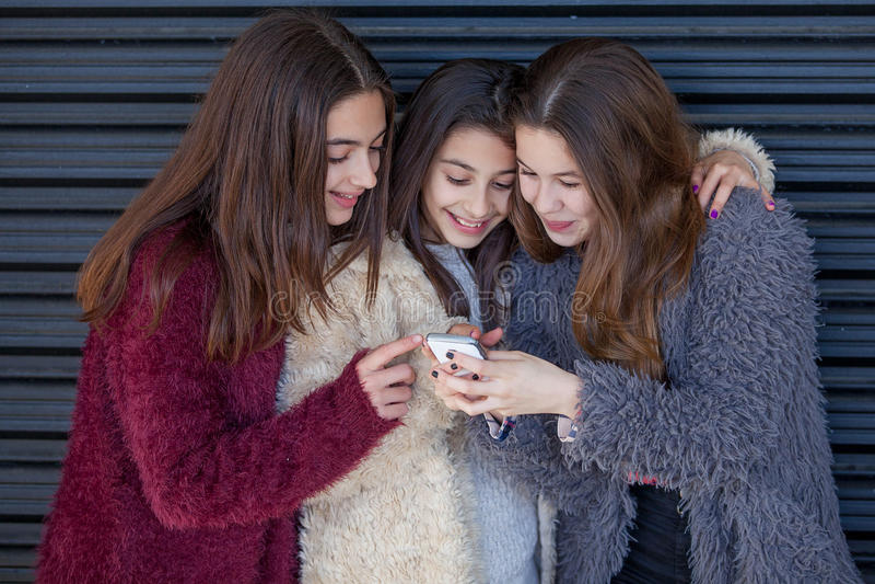 Jonge geitjes die tekstbericht verzenden royalty-vrije stock afbeelding