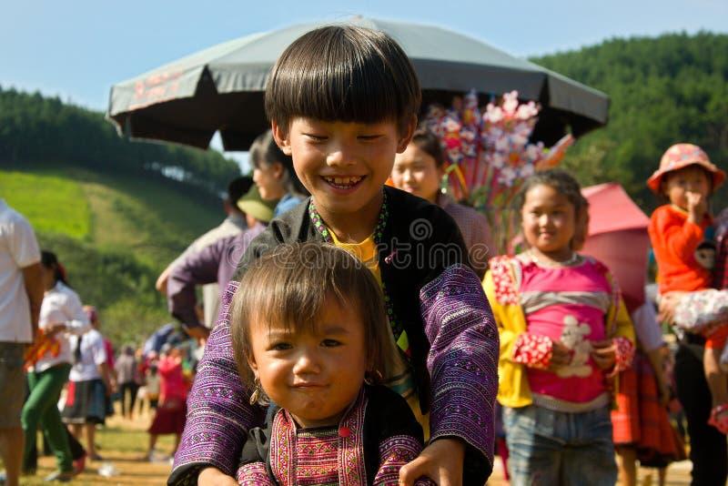 Jonge geitjes die tijdens het festival van de Liefdemarkt in Vietnam spelen - redactietitel royalty-vrije stock fotografie