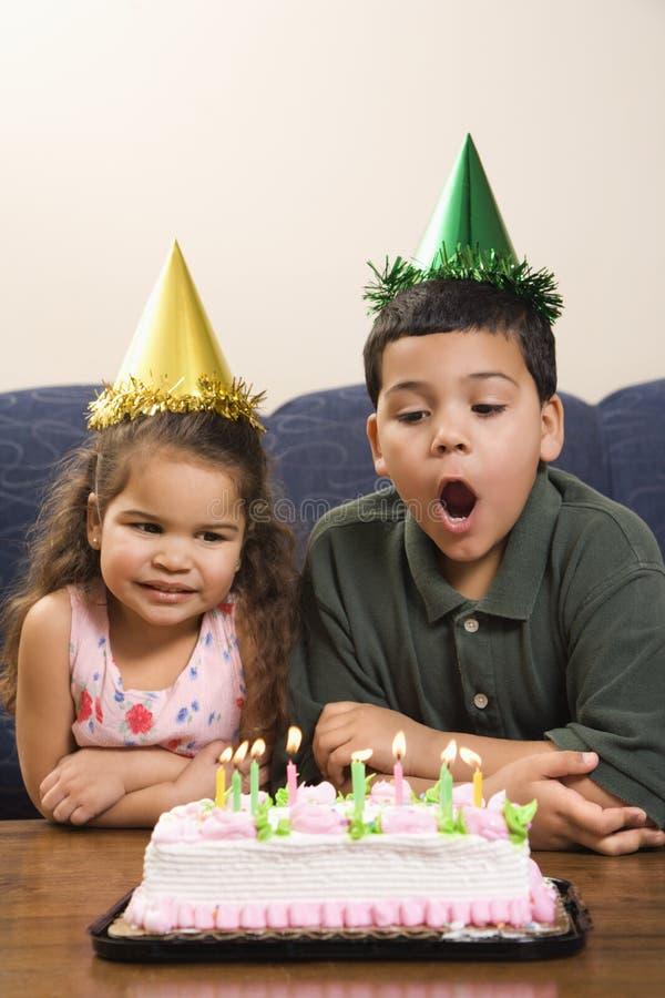 Jonge geitjes die verjaardagspartij hebben. royalty-vrije stock afbeelding