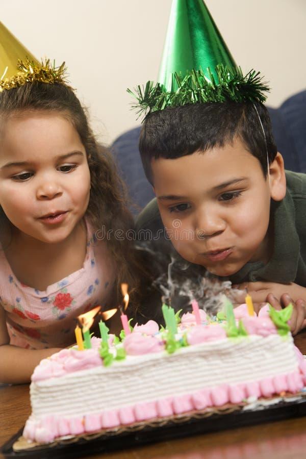 Jonge geitjes die verjaardagspartij hebben. royalty-vrije stock fotografie