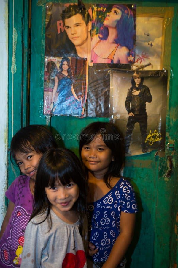 Jonge geitjes in een krottenwijk in Djakarta royalty-vrije stock afbeeldingen