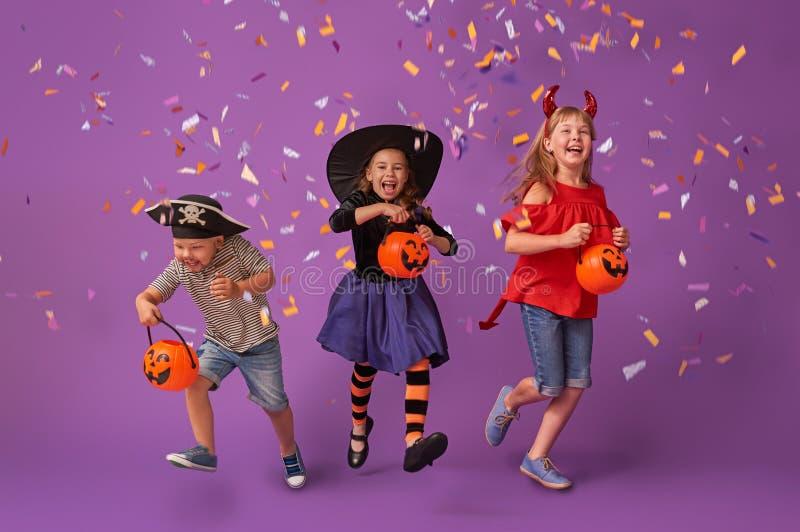 Jonge geitjes in Halloween stock foto