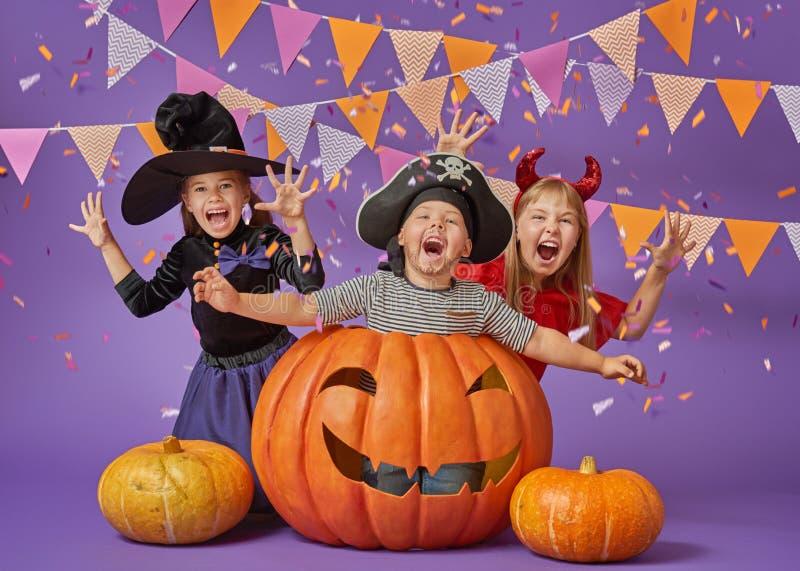 Jonge geitjes in Halloween stock foto's