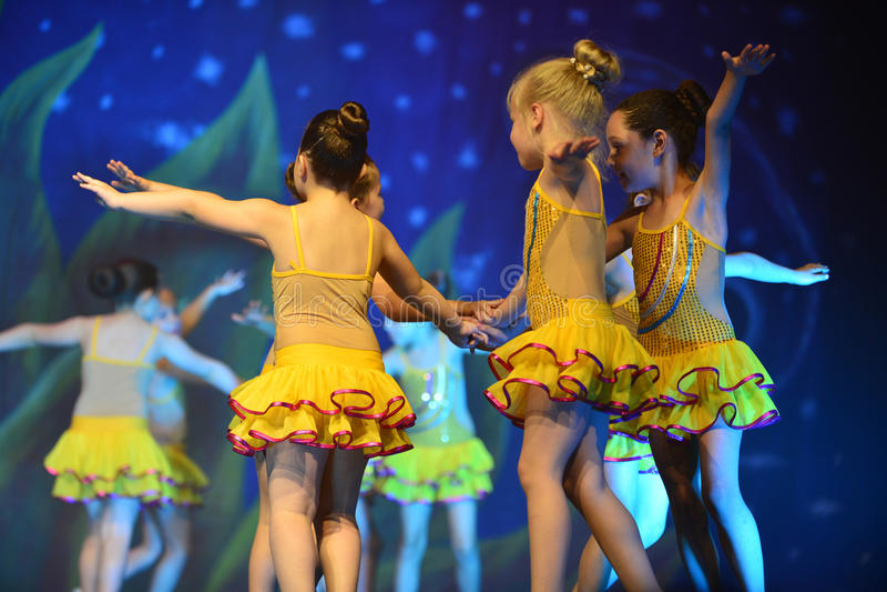 Jonge geitjes het dansen moderne dans royalty-vrije stock afbeelding