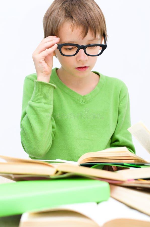 Jonge geitjes het lezen stock fotografie