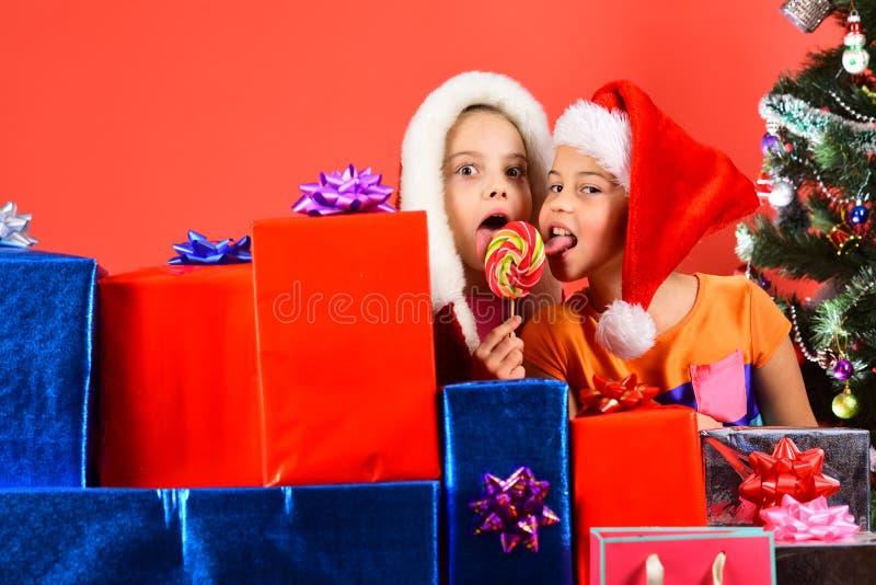 Jonge geitjes in Kerstmanhoeden met giftvakjes, exemplaarruimte royalty-vrije stock fotografie