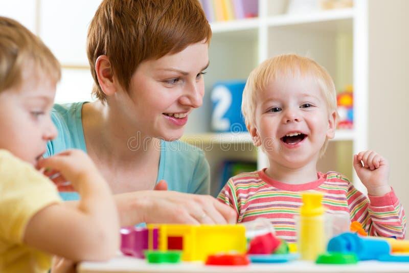 Jonge geitjes of kinderen en moederstuk speelgoed van de spel het kleurrijke klei stock foto