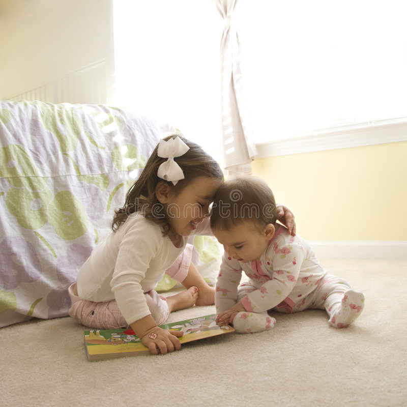 Jonge geitjes met boek. royalty-vrije stock foto's