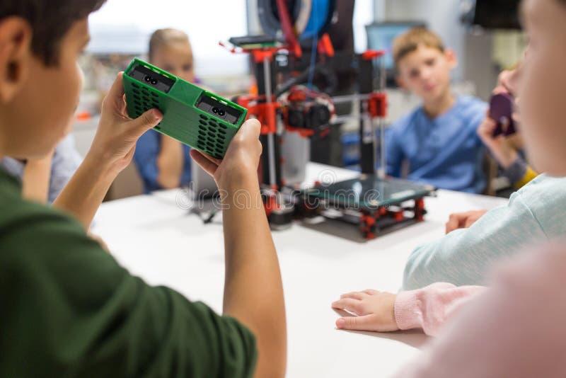 Jonge geitjes met 3d printerdeel op roboticaschool royalty-vrije stock foto's