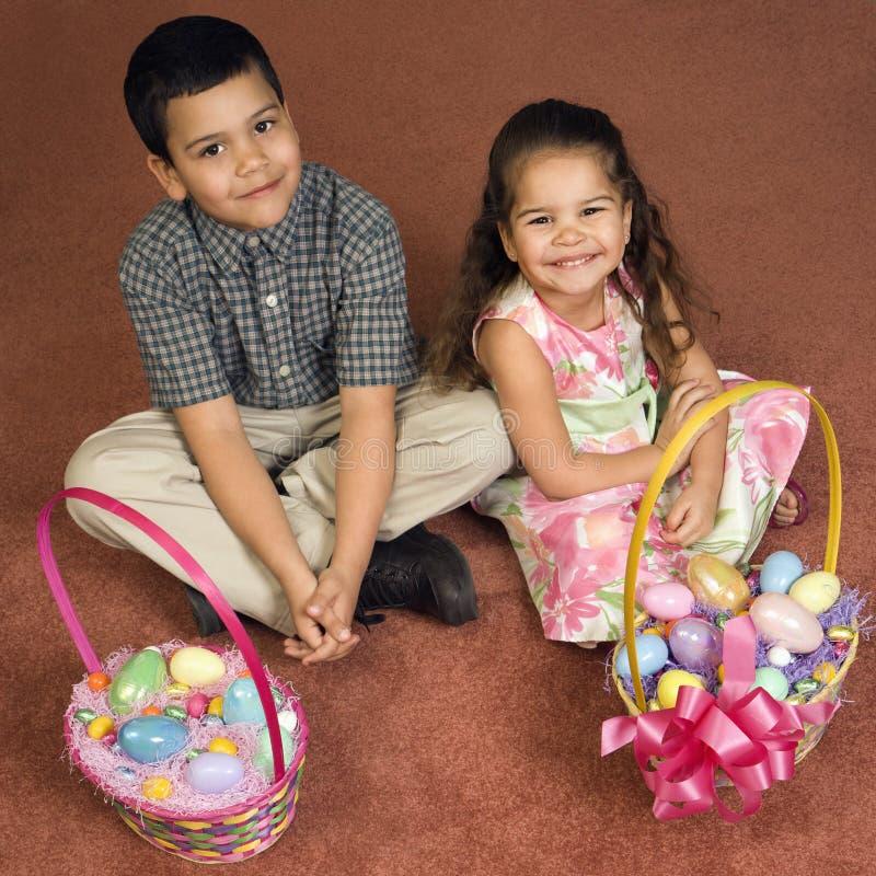 Jonge geitjes met de manden van Pasen. stock fotografie