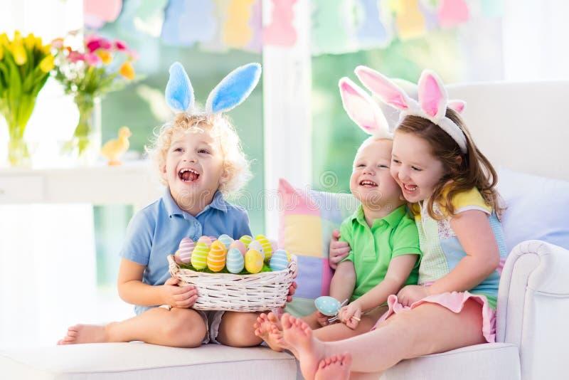 Jonge geitjes met konijntjesoren op paaseijacht royalty-vrije stock afbeelding