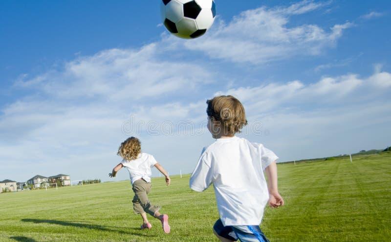 Jonge geitjes met voetbalbal royalty-vrije stock afbeelding
