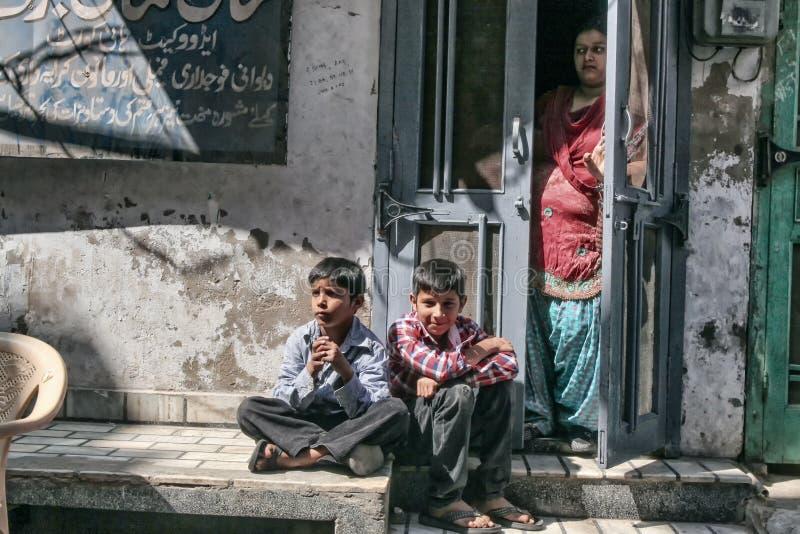 Jonge geitjes op de straat stock afbeelding