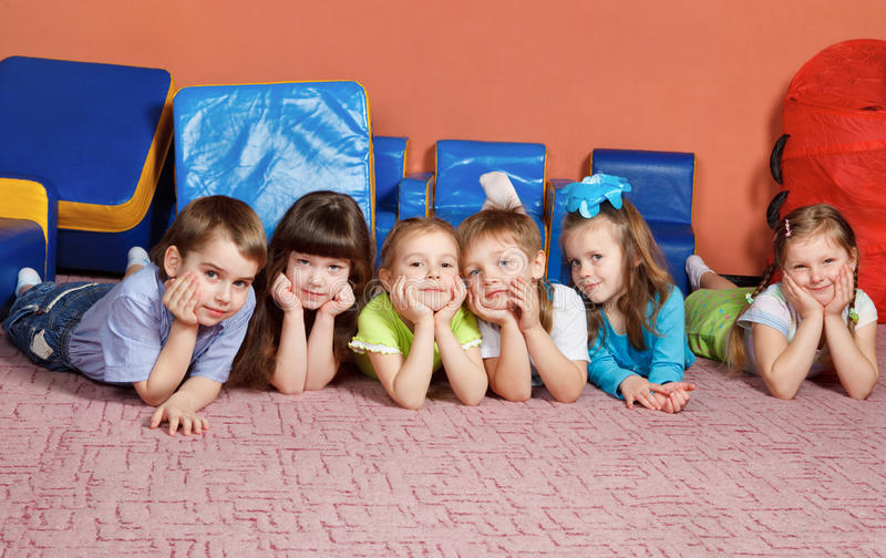 Jonge geitjes op de vloer royalty-vrije stock foto's