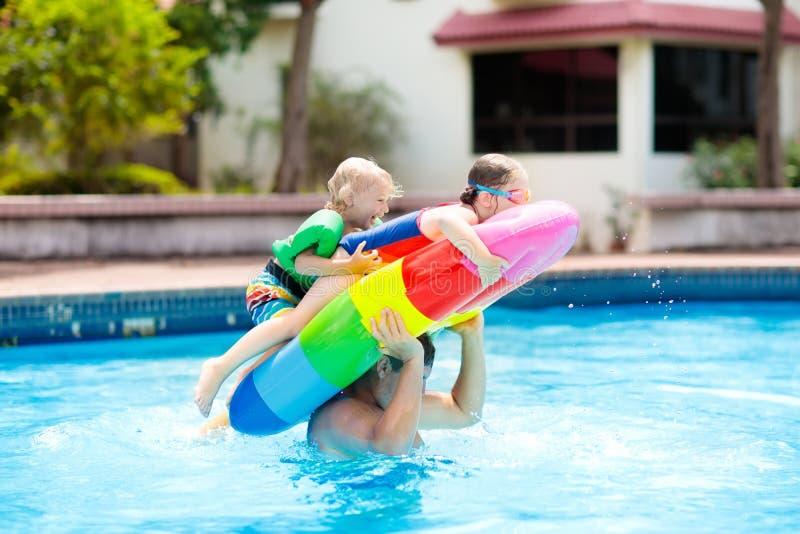 Jonge geitjes op opblaasbare vlotter in zwembad royalty-vrije stock foto