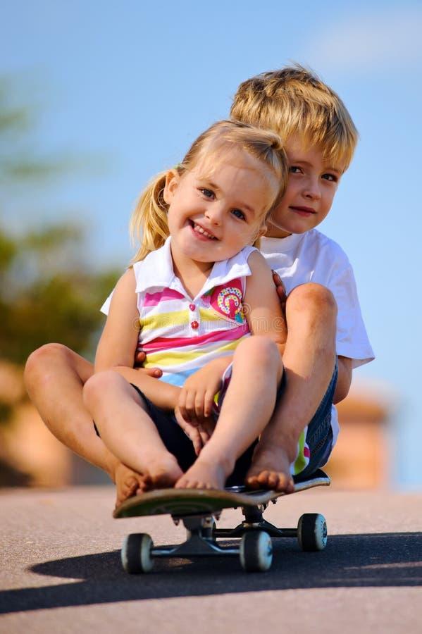 Jonge geitjes op skateboard stock foto's