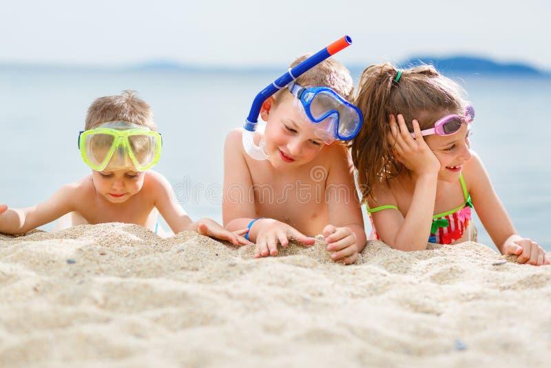 Jonge geitjes op strand royalty-vrije stock foto's