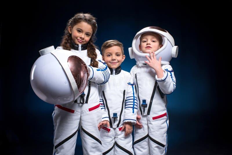 Jonge geitjes in ruimtepakken royalty-vrije stock foto's