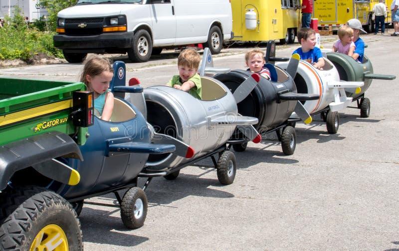 Jonge geitjes in stuk speelgoed vliegtuigrit royalty-vrije stock foto's