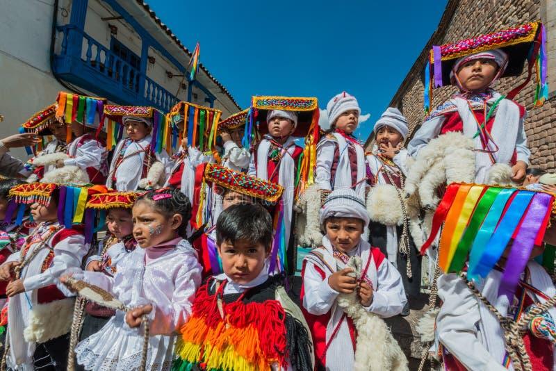 Jonge geitjes in traditionele kostuums in het Plein DE Armas in Cuzco Peru stock foto's