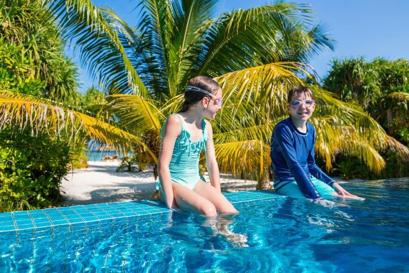 Jonge geitjes in zwembad royalty-vrije stock afbeeldingen